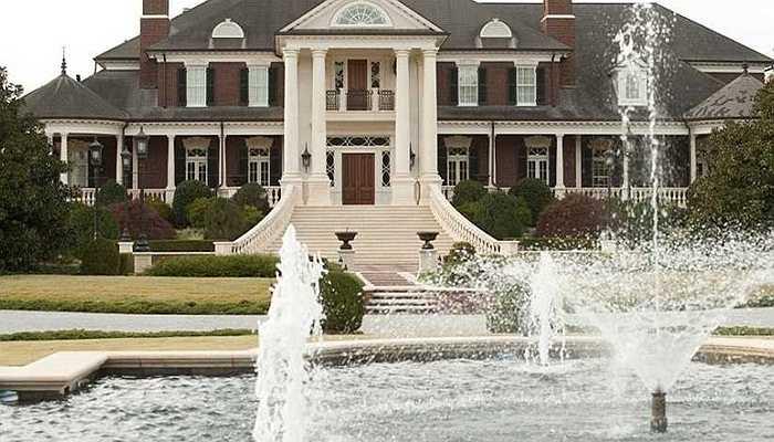 Cung điện này rộng tới hơn 3.200m2,nằm ở vùng Suwanee, Georgia, Mỹ nằm cách thành phố Atlanta 35 dặm về phía Bắc