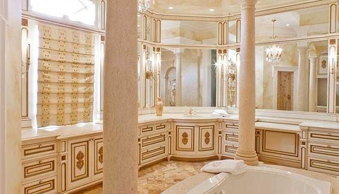 17 phòng tắm đã được xây dựng với những ánh vàng lấp lánh trên các cây cột