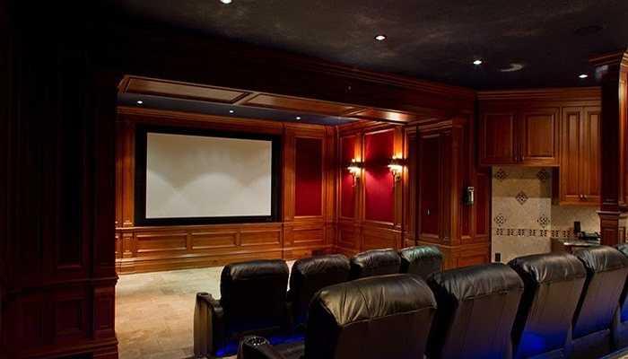 Phòng chiếu phim trong nhà với chỗ ngồi rộng rãi, thoáng mát