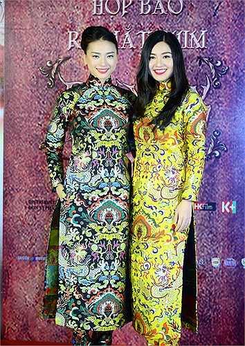 Ngô Thanh Vân và Lê Khánh đều chọn áo dài hoạ tiết rồng tương tự nhau, chỉ khác về màu sắc.