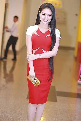 Hoa hậu các dân tộc Việt Nam 2013 Ngọc Anh khoe mái tóc dài mượt mà