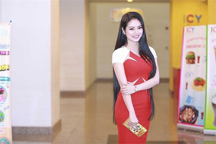 Cô khoe vẻ đẹp nữ tính trong bộ váy ôm đơn giản.