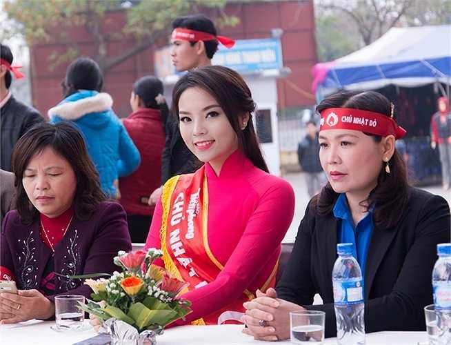 Cuối tuần qua, hoa hậu Nguyễn Cao Kỳ Duyên đã về quê nhà Nam Định tham gia vào các chương trình từ thiện tại Trung tâm cứu trợ trẻ em tàn tật tỉnh Nam Định và cổ động cho chương trình 'Chủ nhật đỏ'