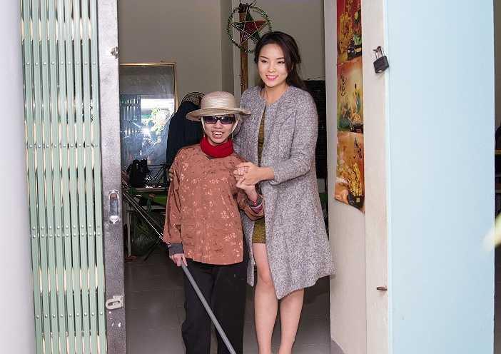 Buổi chiều cùng ngày, Nguyễn Cao Kỳ Duyên tới thăm Trung tâm cứu trợ trẻ em tàn tật tỉnh Nam Định