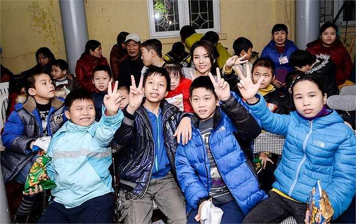 Hoa hậu Nguyễn Cao Kỳ Duyên chụp ảnh cùng các em nhỏ của trung tâm.