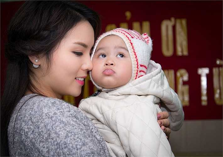 Thể hiện tình yêu thương đối với các em nhỏ thiệt thòi