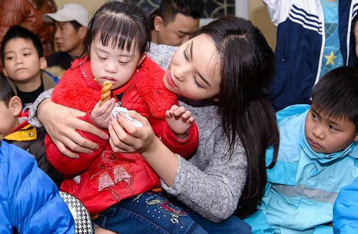 Hoa hậu Việt Nam 2014 vui đùa cùng các em nhỏ