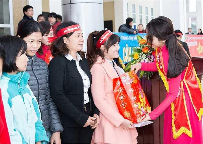 Hoa hậu Nguyễn Cao Kỳ Duyên đại diện cho BTC trao quà cho những gia đình công nhân có hoàn cảnh khó khăn trong tỉnh Nam Định