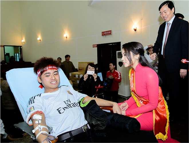 Hoa hậu Nguyễn Cao Kỳ Duyên ân cần tới từng chỗ nằm của người tham gia hiến máu để hỏi thăm