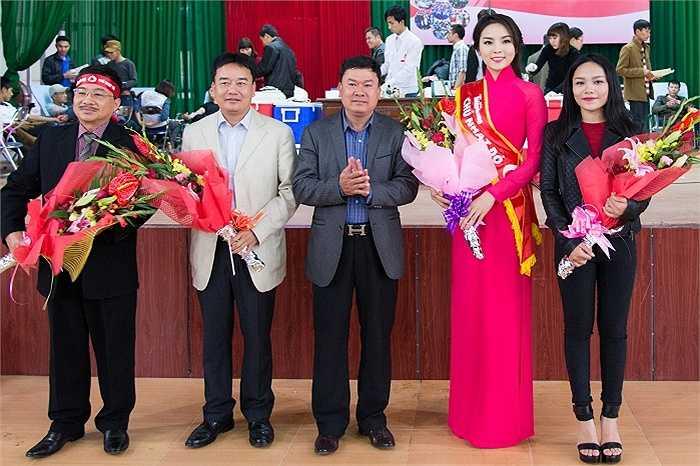 Bí thư huyện Hải Hậu trao tặng cho Hoa hậu Kỳ Duyên, ca sĩ Thảo My và đại diện BTC.