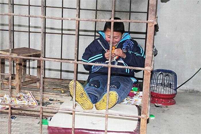 Cậu bé Xiao Wang (12 tuổi) sống tại tỉnh Giang Tây, Trung Quốc thường xuyên phá phách và có dấu hiệu bạo lực với trẻ con trong làng nên ông bố phải nhốt cậu bé cả ngày trong lồng sắt. Xiao Wang được chẩn đoán mắc bệnh tăng động giảm chú ý và chứng sản vỏ não. Đây là tình trạng bất thường bẩm sinh gây co giật.