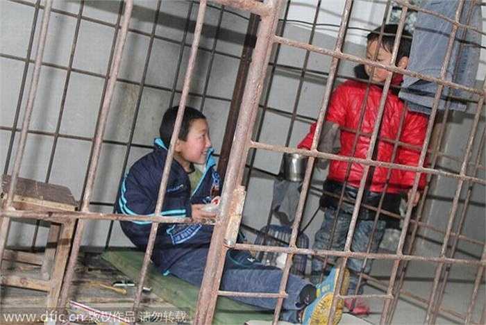 Bố của Xiao Wang là anh Zhong Kefu (45 tuổi) rất lo lắng về cách cư xử ngày càng bạo lực, sẵn sàng tấn công những người hàng xóm của Xiao Wang nên đành nhốt con vào lồng sắt.