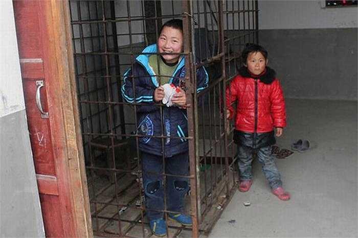 Ban đầu, anh Zhong thường trói con trai trước khi đi làm. Tuy nhiên, lần nào về nhà anh cũng thấy cổ tay của Xiao Wang đỏ tấy lên vì cố vùng vẫy để cởi trói. Nên những ngày sau, anh Zhong phải cho cậu bé vào lồng và nhốt lại.