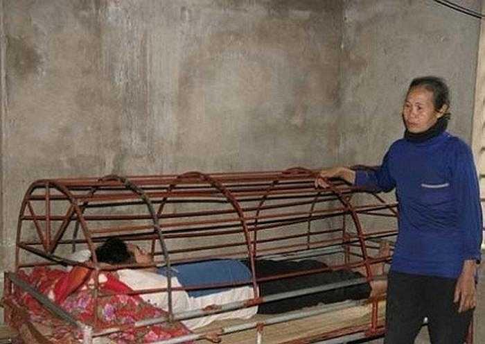 Một trường hợp khác là gia đình ông Nguyễn Tiến Đồng và bà Nguyễn Thị Lài (Kỳ Anh, Hà Tĩnh) cũng có người con trai sau khi lập gia đình không lâu thì phát bệnh tâm thần. Hàng ngày, bà Lài phải cho cho cậu con trai ăn cháo qua lồng sắt.