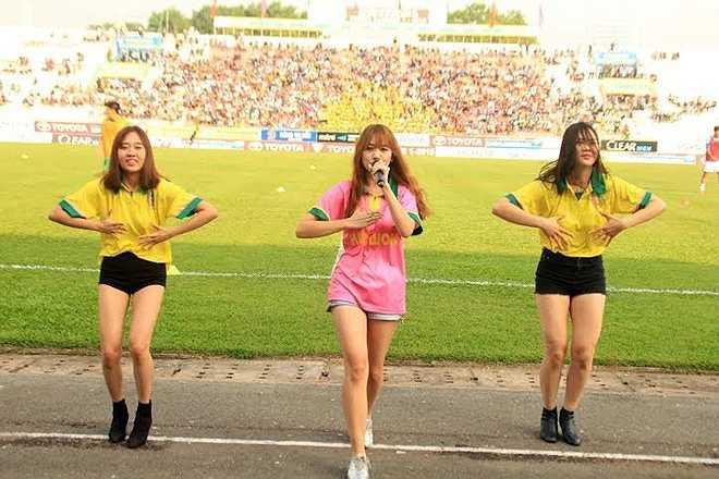 Tuần trước, BLĐ Đồng Tháp đã có quyết định gây bất ngờ khi mời ca sỹ Hari Won về biểu diễn trước và giữa trận đấu tiếp QNK. Quảng Nam. Trận đấu ấy, sân Cao Lãnh tăng thêm 2000 khán giả so với các trận đấu trước, trong đó lượng vé cả mùa bán ra cũng được tăng lên.