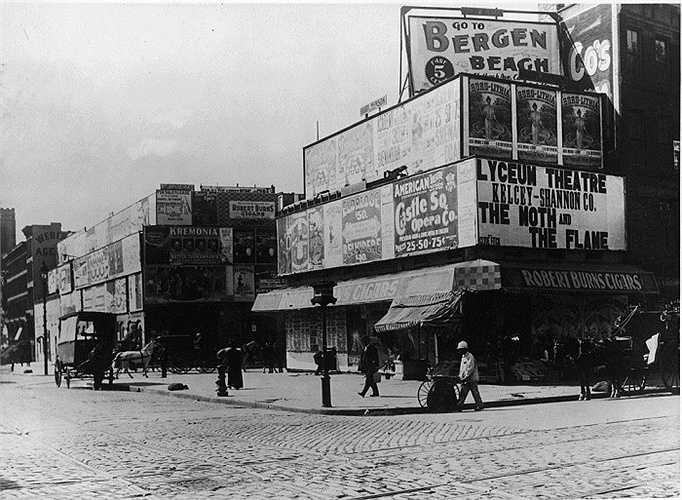 Năm 1898: Đây là góc giao nhau giữa Đại lộ Broadway với Đường thứ 42 tại Quảng trường Longacre - tên khai sinh của Quảng trường Thời đại ngày nay.
