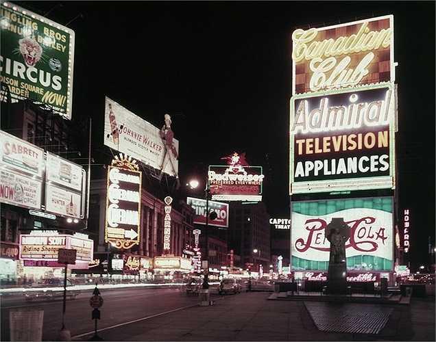 Năm 1956: Đèn neon từ những biển quảng cáo khổng lồ thắp sáng cả quảng trường.