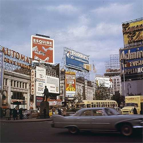 Năm 1961: Quảng trường thời đại những năm 1961 với những biển quảng cáo thường kiểu cổ điển.