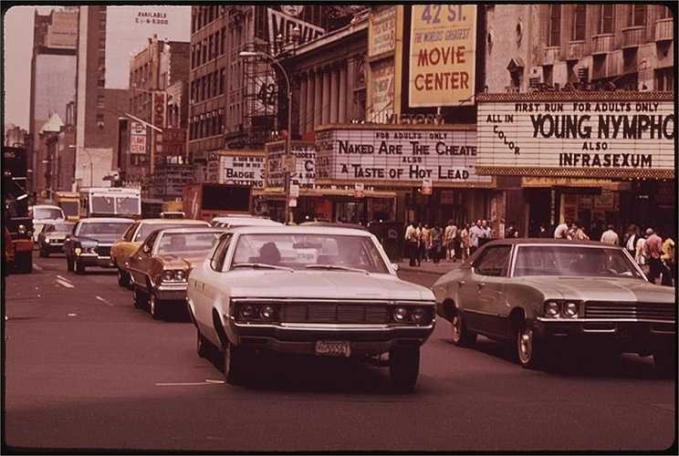 Năm 1973: Quảng trường Thời đại tấp nập xe cộ qua lại.