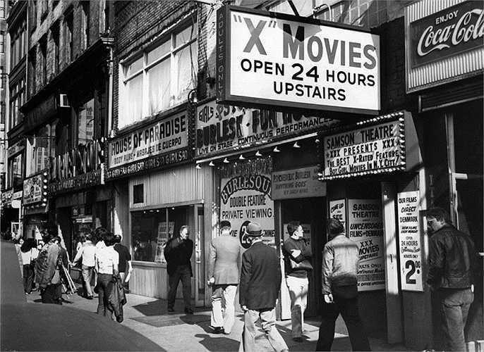 Năm 1975: Các cửa hàng, cửa hiệu mọc lên san sát nhau, đông đúc người qua lại