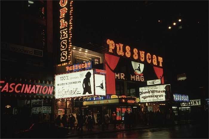 Năm 1980: The Pussycat là một nhà hát khiêu dâm trên Đường thứ 42. Biển quảng cáo trong ảnh đang giới thiệu về bộ phim Insatiable với sự tham gia của diễn viên Marilyn Chambers.