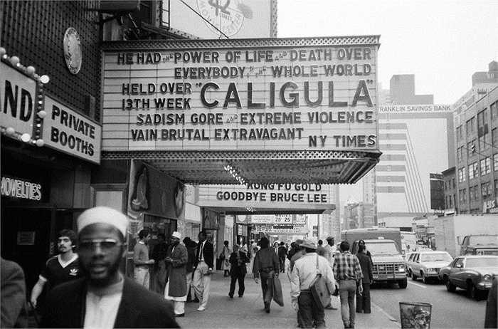 Năm 1981: Biển quảng cáo về bộ phim Caligula trên Đường thứ 42.