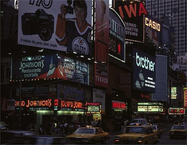 Năm 1985: Những thương hiệu quen thuộc như Burger King, Casio, Citizen tại Quảng trường Thời đại.