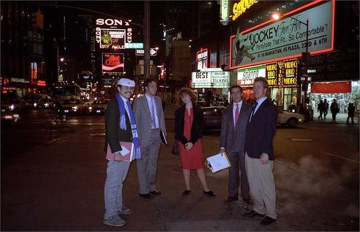 Năm 1989: Ảnh chụp một nhóm người tại Quảng trường thời đại với sự xuất hiện biển quảng cáo Diet Coke - loại thức uống có ga không có đường, cho người ăn kiêng của hãng Coca Cola.