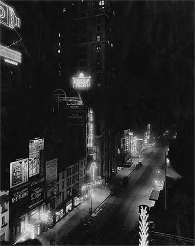 Năm 1916: Quảng trường Thời đại lung linh đèn điện từ các biển quảng cáo. Phía bên trái con đường trong ảnh chính là Rạp hát New Amsterdam.