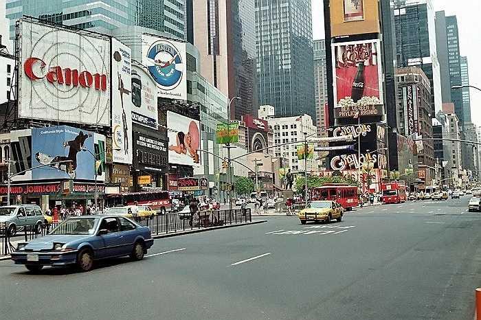 Năm 1993: Hình ảnh Quảng trường thời đại những năm đầu thập niên 90.