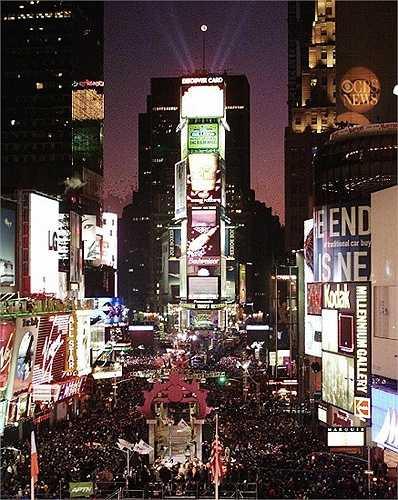 Năm 1999: Times Square vào ngày 31 tháng 12, năm 1999 với truyền thống thả quả cầu bóng vào đêm giao thừa.