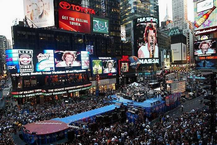Năm 2002: Times Square thường đông kín người vào những năm đầu của thế kỷ mới. Bức ảnh này chụp lại buổi biểu diễn trực tiếp của nhóm nhạc Bon Jovi cho lễ khai mạc mùa giải NFL 2002.