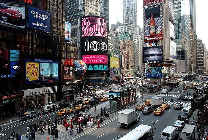 Năm 2004: Quảng trường Thời đại ngày càng xuất hiện nhiều thương hiệu nổi tiếng trên thế giới với những biển quảng cáo hiện đại bậc nhất lúc bấy giờ.