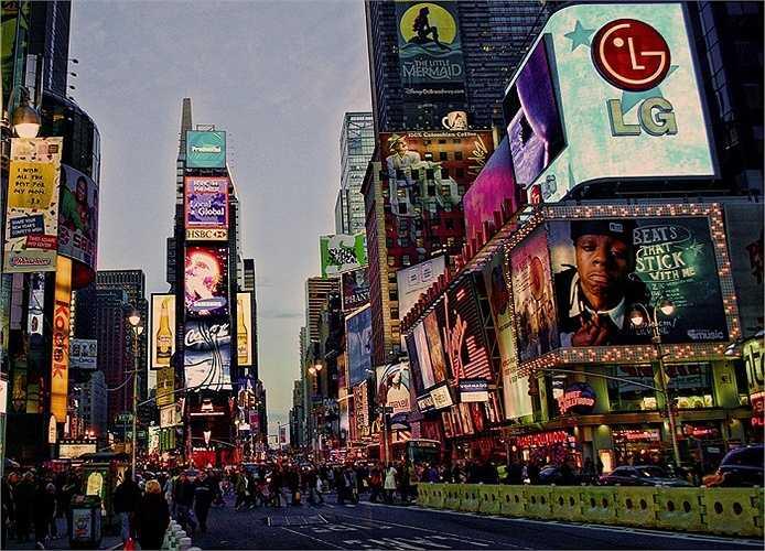 Năm 2008: Times Square chật cứng những biển quảng cáo các loại.