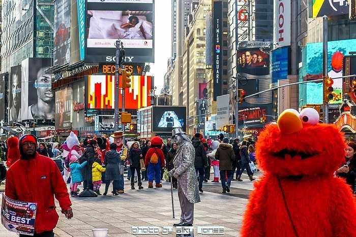 Năm 2015: Đây là Quảng trường của ngày hôm nay với những sắc màu rực rỡ hơn và sự xuất hiện ngày một nhiều những 'tượng người' vô cùng độc đáo.