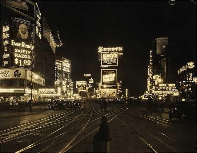 Năm 1921: Quảng trường Thời đại nhìn từ Đường thứ 45. Một Quảng trường Thời đại rực rỡ mà chúng ta biết tới ngày nay bắt đầu được hình thành nên ở khoảng thời gian này.