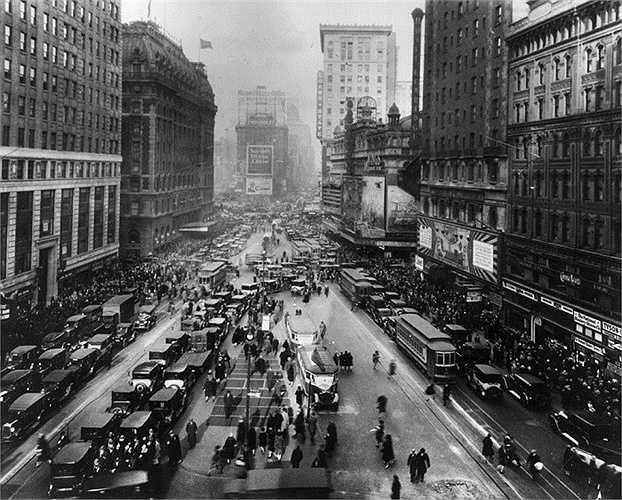 Năm 1927: Quảng trường Thời đại nhìn từ Đường thứ 43, rất đông người và xe cộ qua lại tại đây.