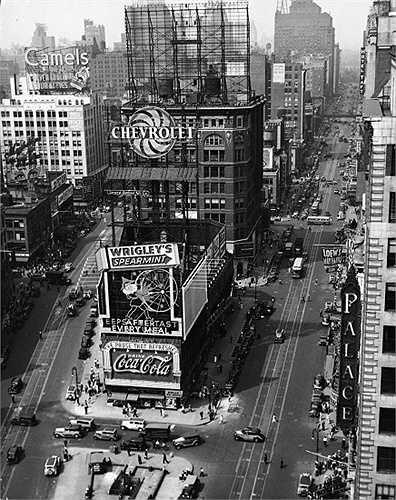 Năm 1935: Thời điểm này bắt đầu xuất hiện một số thương hiệu nổi tiếng ở Quảng trường Thời đại như hãng xe ô tô Chevrolet, kẹo cao su Wrigley, nước giải khát Coca-Cola và thuốc lá Camel.