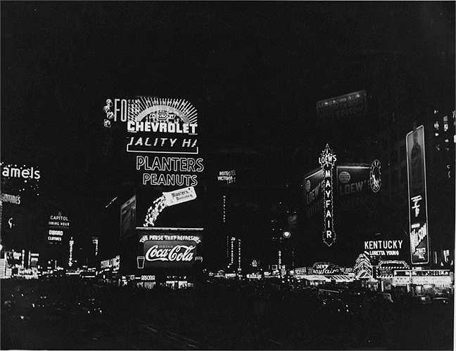 Năm 1938: Bức ảnh được chụp từ điểm giao cắt giữa Đại lộ Boardway với Đại lộ số 7 với những biển quảng cáo đèn neon khổng lồ.