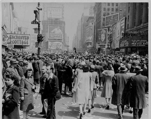 Năm 1945: Người dân Mỹ ăn mừng ngày kết thúc thế chiến thứ 2 ở châu Âu (ngày 7/5/1945) tại Quảng trường Thời đại.