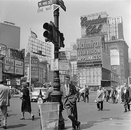 Năm 1950: Hình ảnh một anh chàng doanh nhân trẻ đứng dưới một cột đèn giao thông tại quảng trường.