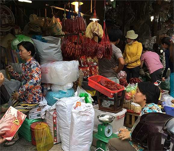 Ngày 7/2, PV VTC News ghi nhận tại chợ đầu mối Chợ Lớn (chợ Bình Tây, Q.5, TPHCM), đây được xem là nơi buôn bán sỉ các mặt hàng phục vụ Tết ở TP.HCM. (Ảnh: Pham Cường)