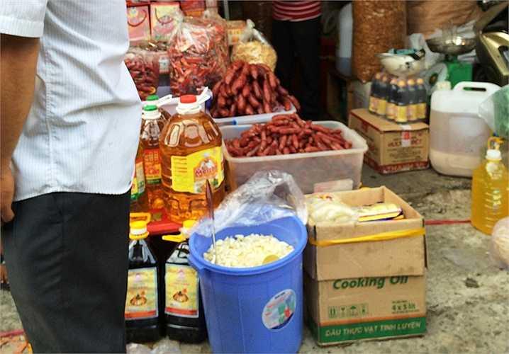 Không ít quầy không đậy kín hàng hóa như bánh, mứt, lạp xưởng... khiến bụi bặm, ruồi nhặng đậu vào gây mất an toàn vệ sinh thực phẩm. (Ảnh: Phan Cường)