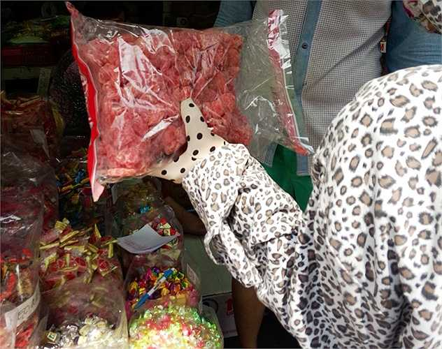 Kẹo, mứt không hạn dùng, không rõ xuất xứ bày bán tại Chợ Lớn có giá không hề rẻ. (Ảnh: Phan Cường)
