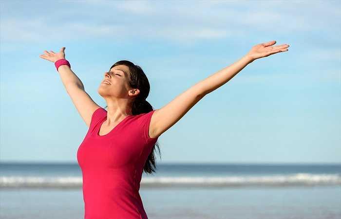 Đừng quên hít thở sâu: Hít thở sâu giúp giảm stress và căng thẳng trong cơ thể khi lo lắng về các vấn đề trong cuộc sống…Đặt một bàn tay lên bụng của bạn và từ từ hít thật sâu làm đầy lên bụng của bạn và bắt đầu đếm đến bốn, sau đó từ từ thở ra cũng đếm từ một đến bốn, lặp lại cho đến khi bạn cảm thấy tốt.