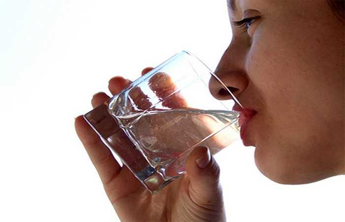 Uống đủ nước: Không cần phải bận tâm đến số cốc nước chính xác uống hàng ngày, điều quan trọng là bạn đặt mục tiêu cho cơ thể luôn luôn đầy đủ và không bị khát nước. Nếu bạn đang thèm chút gì đó cho bữa ăn nhẹ, việc đầu tiên nên làm là uống một cốc nước. Hãy giữ một chai nước ở trên bàn làm việc hoặc trong túi xách để bạn có thể uống ngay lúc cần.