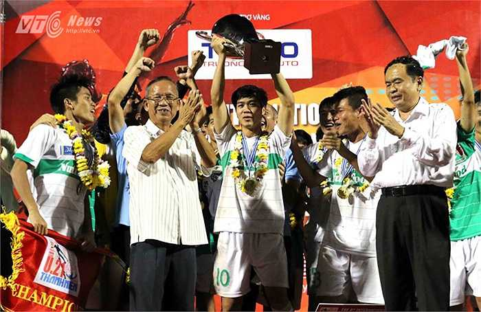 Dù được thành công ở giải U21 Báo Thanh niên nhưng Công Phượng và các đồng đội không được điền tên vào danh sách ứng viên Quả bóng vàng 2014(Hà Thành - Ảnh: Quang Minh)