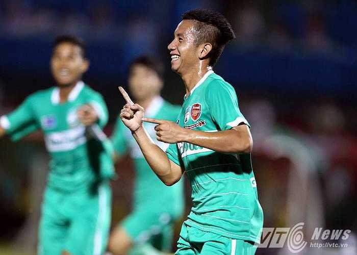 Hồng Duy và khoảnh khắc ăn mừng cú đúp bàn thắng vào lưới U21 Malaysia. (Ảnh: Quang Minh)