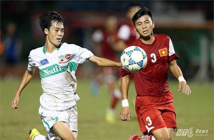 Đó là trận đấu mà hai đội phải phân định thắng thua trên chấm 11m. Mạnh Hùng (số 3) chính là người đá hỏng quả 11m của đội U21 Báo Thanh Niên. (Ảnh: Quang Minh)