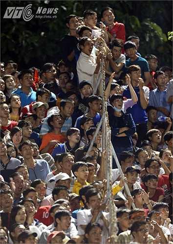 Còn đây là cảnh khán giả Cần Thơ theo dõi U19 HAGL chơi trận chung kết với U21 Thái Lan. (Ảnh: Quang Minh)